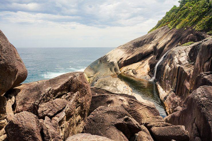cachoeira com mar Saco Bravo